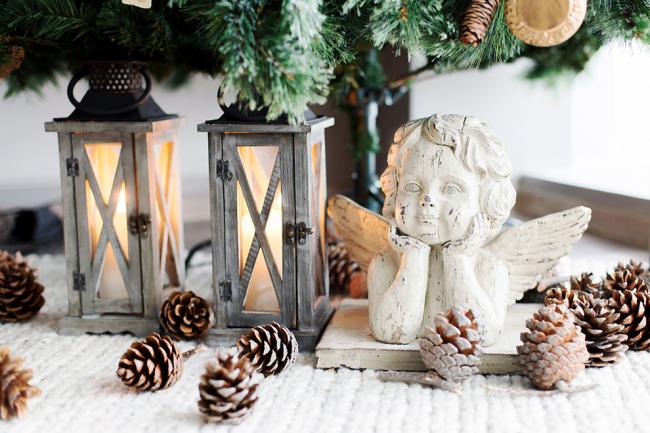 Деревянные светильники, шишки и милая статуэтка придают романтики в интерьер