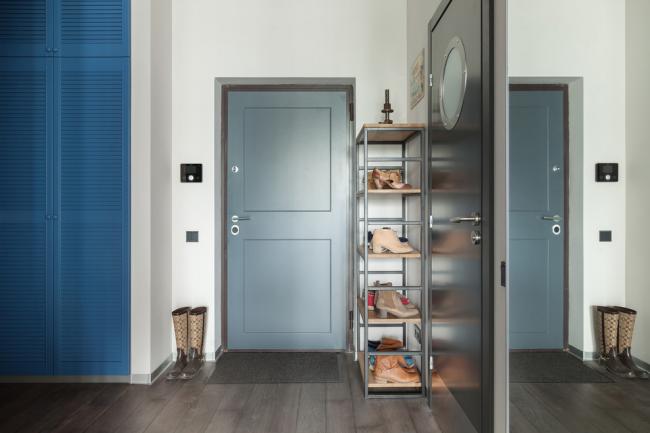 Удобный встроенный шкаф яркого цвета