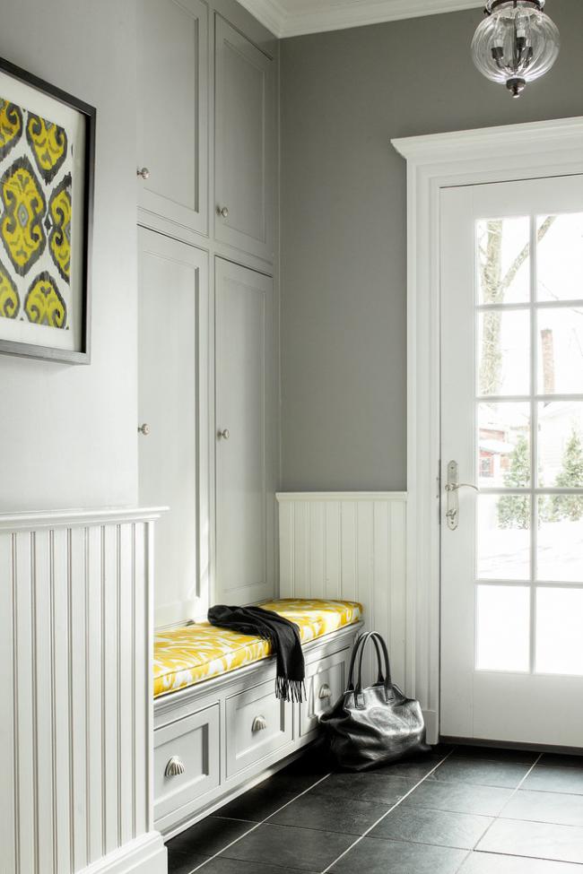 Красивое сочетание желтого с серым в дизайне коридора