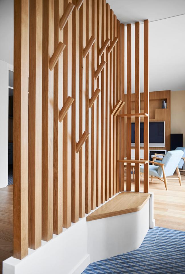Вешалка из дерева прекрасно впишется в интерьер эко-стиля