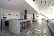 Фото 9 Бетонная столешница на кухне (80+ фото моделей): плюсы-минусы, уход и монтаж своими руками