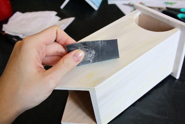 Обработка поверхности наждачной бумагой