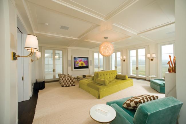 Интересное решение с большими яркими диванами