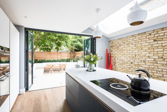 Интерьер кухни частного дома в современном стиле