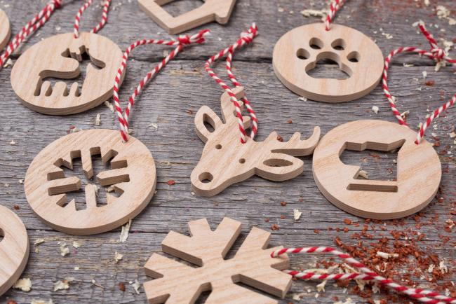 Деревянные украшения с изображением животных будут актуальными для года Собаки