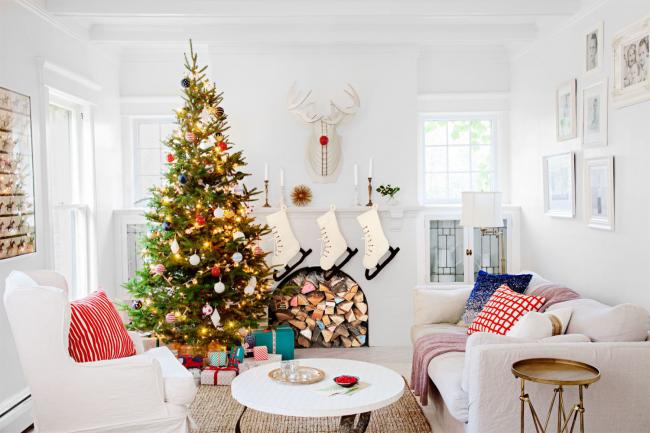 Удачное сочетание елки и декора интерьера