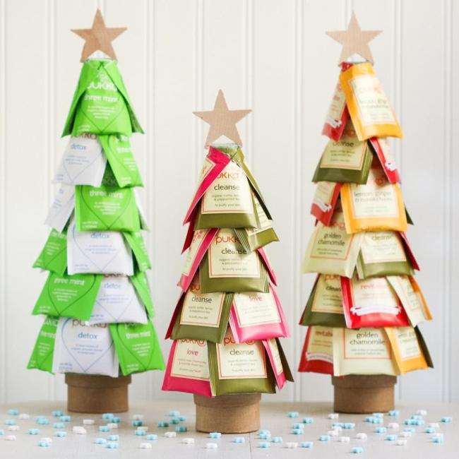 Настольные елки из чайных пакетиков для украшение офиса