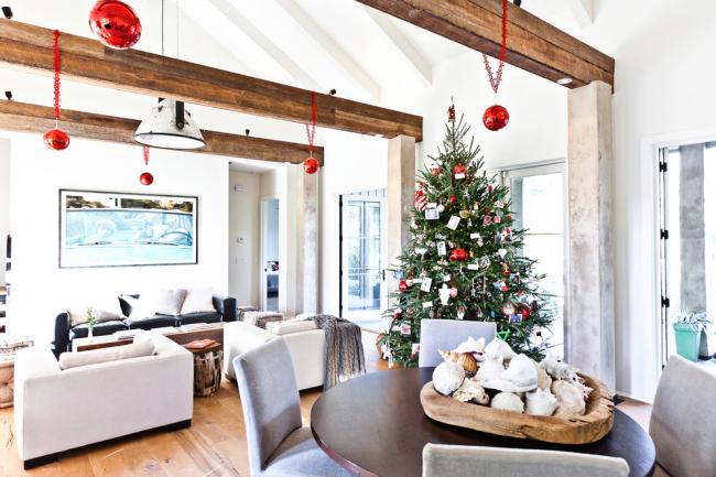 Новогодняя елка в дизайне современной гостиной