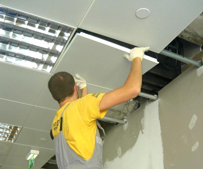 Монтаж кассетного потолка можно сделать своими руками