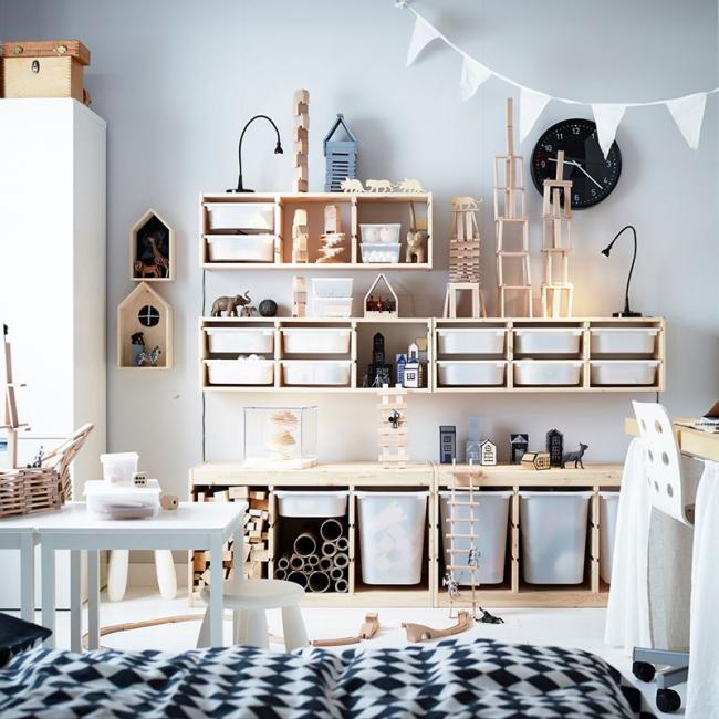 Множество пластиковых емкостей помогут сохранить порядок в комнате
