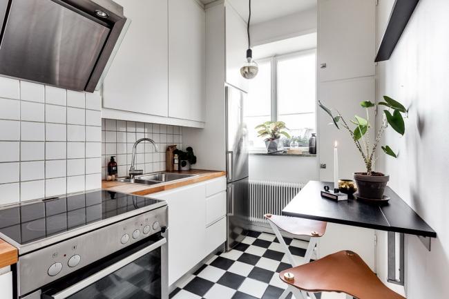 Светлые тона визуально расширяют узкую кухню