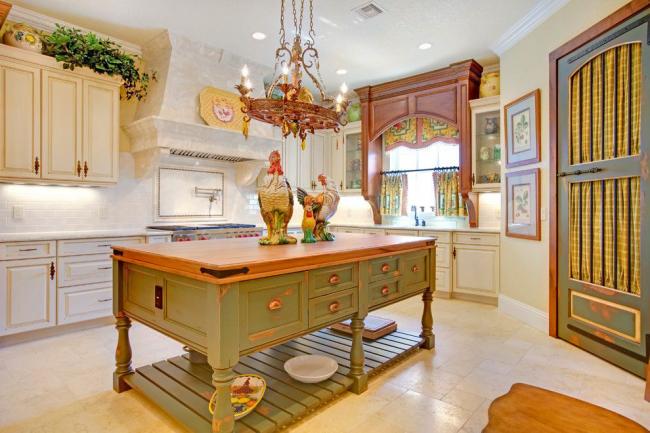 Мебель, имеющая состареный вид подчеркивает выбранный стиль оформления кухни