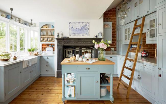Стильная кухня в пастельных тонах с кирпичной отделкой стен
