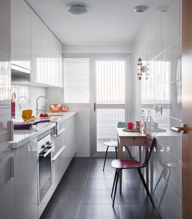 Небольшой кухонный стол для кухни вытянутой формы