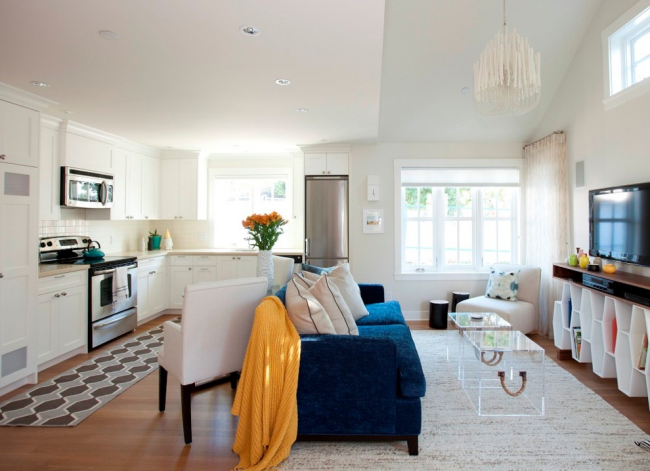 Синий диван послужит границей между двумя зонами