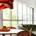 Свет гастрономии: обзор стильных кухонных интерьеров с люстрой над обеденным столом фото