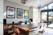 Фото 6 Свет гастрономии: обзор стильных кухонных интерьеров с люстрой над обеденным столом