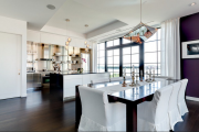 Фото 17 Свет гастрономии: обзор стильных кухонных интерьеров с люстрой над обеденным столом