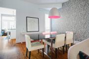 Фото 1 Свет гастрономии: обзор стильных кухонных интерьеров с люстрой над обеденным столом