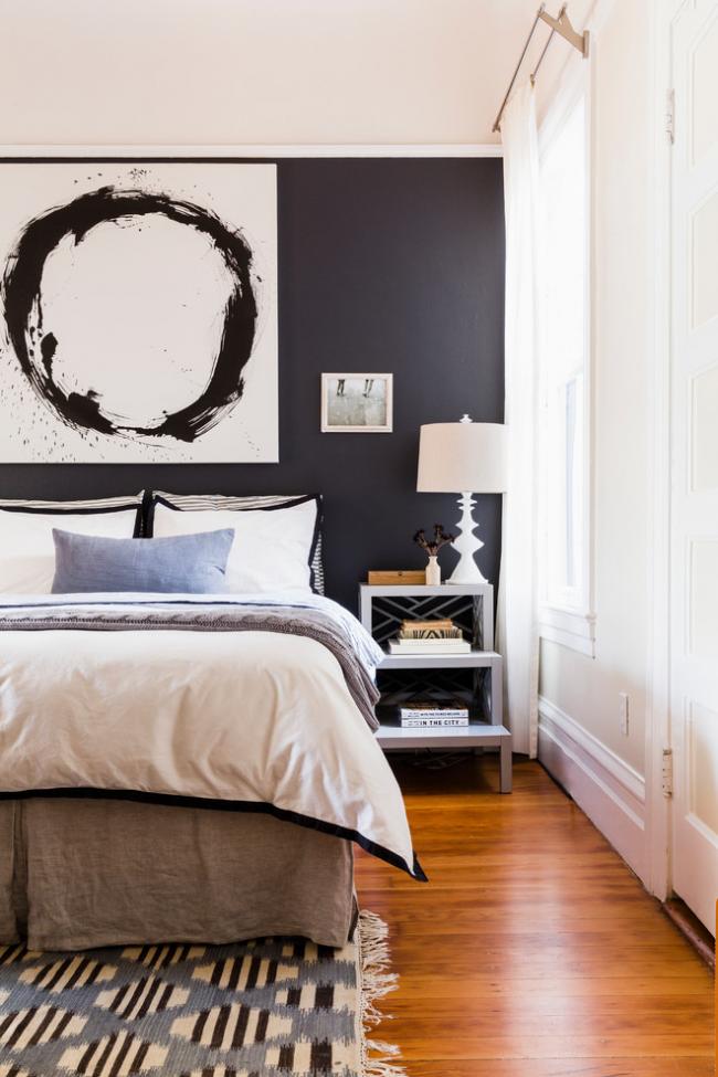 Черно-белый интерьер спальной комнаты