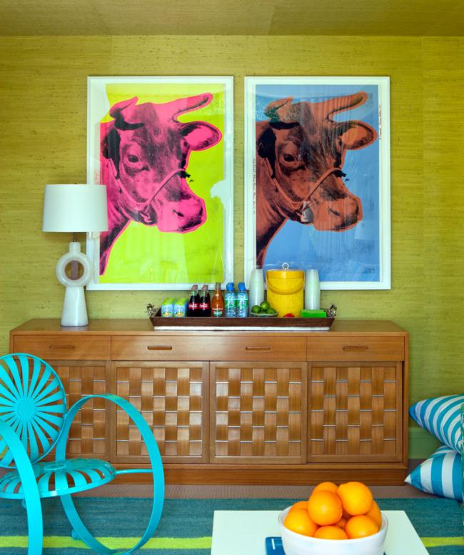 Бирюзовое кресло в интерьере гостиной в стиле фьюжн