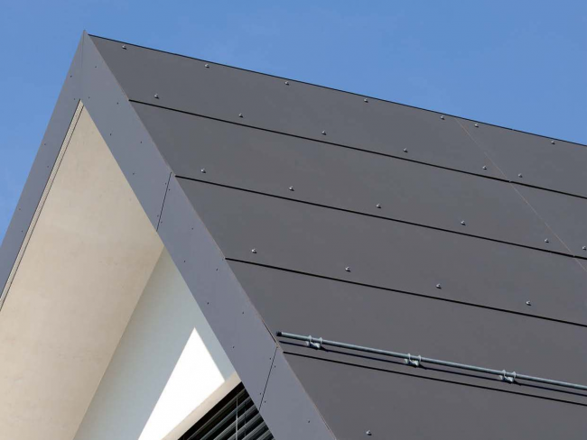 Отделка фасада и крыши плоским шифером с последующей покраской