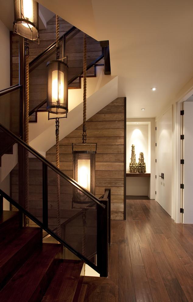 Красивые фонари на канатах вдоль всей лестницы