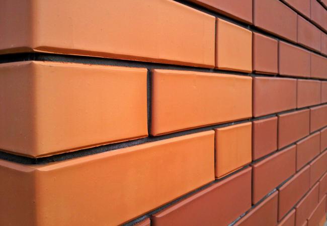 Швы кирпичной кладки можно расшить непосредственно при возведении стены или же после её возведения