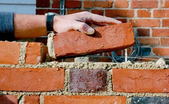 Выделение стыков лучше всего делать во время возведения стены