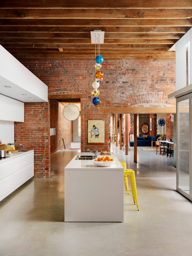 Кухня с высокими потолками, оформленная в стиле лофт