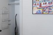 Фото 3 Компактное хранение: выбираем функциональный шкаф для пылесоса и гладильной доски