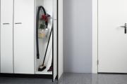 Фото 17 Компактное хранение (75+ идей): выбираем функциональный шкаф для пылесоса и гладильной доски