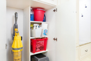 Фото 10 Компактное хранение: выбираем функциональный шкаф для пылесоса и гладильной доски