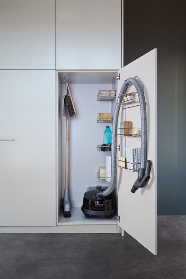 Металлические навесные полочки удобно распределяют вещи внутри шкафа