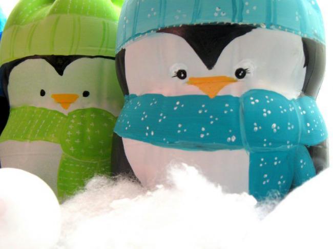 Из пластиковой бутылки можно смастерить таких милых пингвинят