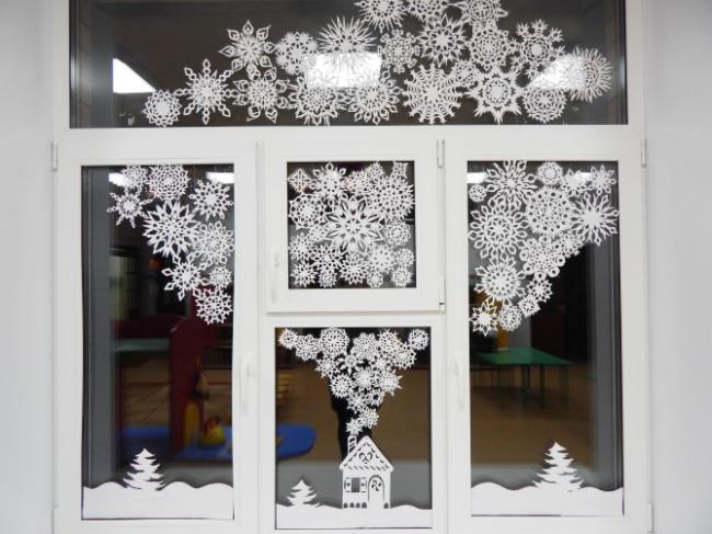 Оригинальные идеи новогоднего украшения на окнах