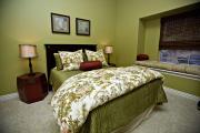 Фото 27 Интерьер бело-зеленой спальни: секреты гармоничных сочетаний и выбор декора
