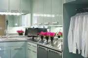 Фото 7 Зеркало в кухонном интерьере: секреты визуального расширения кухни
