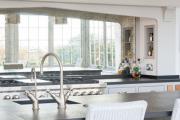 Фото 14 Зеркало в кухонном интерьере: секреты визуального расширения кухни