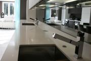 Фото 21 Зеркало в кухонном интерьере: секреты визуального расширения кухни