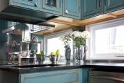 Фото 22 Зеркало в кухонном интерьере: секреты визуального расширения кухни