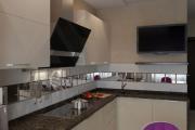 Фото 25 Зеркало в кухонном интерьере: секреты визуального расширения кухни