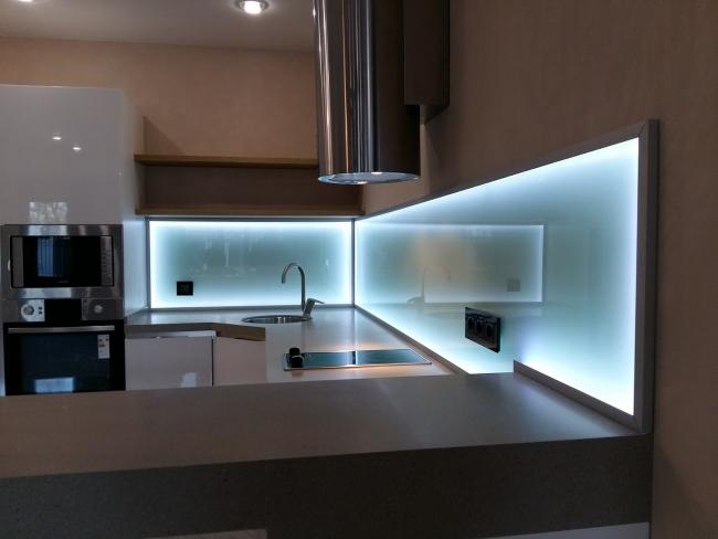 Хай-тэк стиль кухни дополняет холодная подсветка акрила