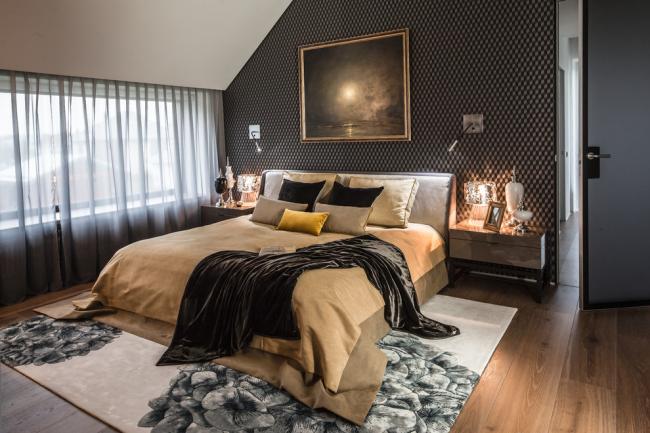 Современный интерьер спальни с картиной
