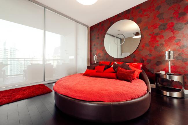 Необычная круглая кровать в современной спальне
