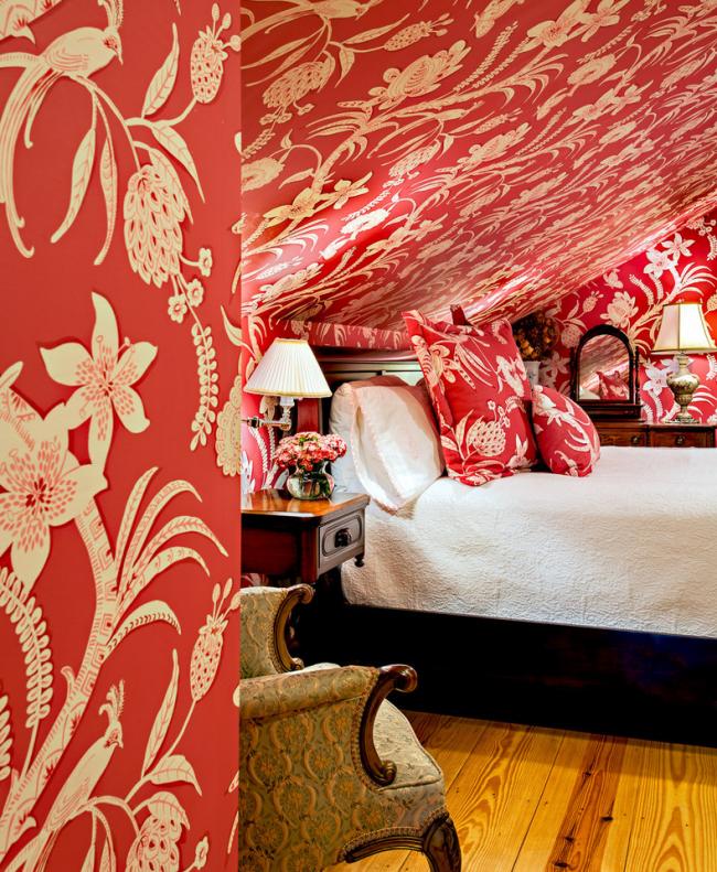 Маленькая мансардная спальня в классическом стиле