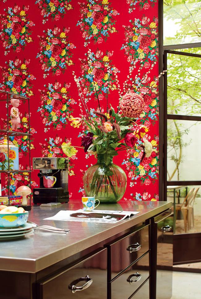 Яркие цветные стены хорошо сочетаются с темной мебелью