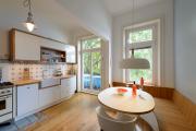 Фото 26 Светлые мини-решения: особенности дизайна кухни 10 кв. метров с балконом