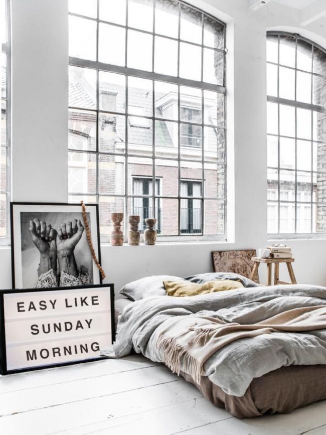 Спальный матрас на полу в скандинавском интерьере