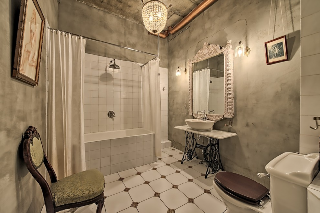 Бетонные стены в просторной ванной комнате